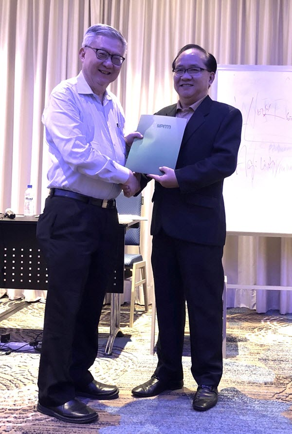 Mr Leslie Yong (HPA Advisor) receiving his certificate