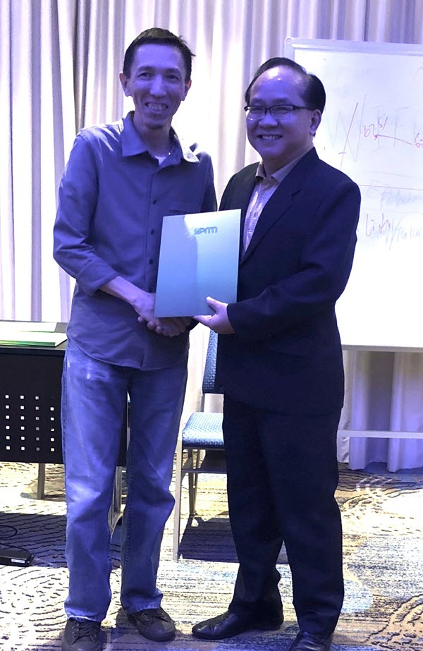 Mr Samuel Tan (Procurement Director at Compass Group (Singapore) Pte Ltd) receiving his certificate